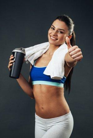 Glückliche Frau mit Whey Protein Shake