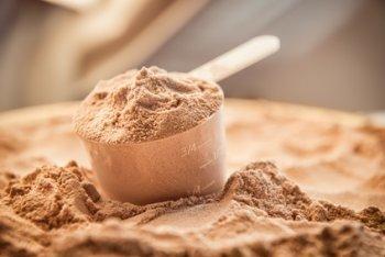 Whey Protein Pulver Schokolade mit Dosierlöffel
