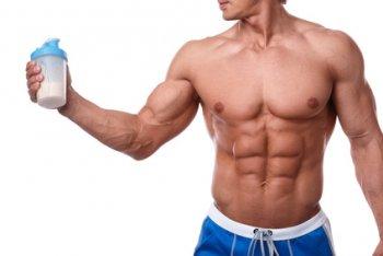 Bodybuilder mit Whey Protein Shake